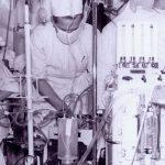 Jedna z pierwszych operacji z użyciem płuco-serca w klinice Leona Manteuffla w Instytucie Gruźlicy w Warszawie. Po prawej stronie widoczne przepływomierze gazów i pompa Crafoorda-Senninga. Była to pompa pulsacyjna, działanie jej polegało na naprzemiennym dociskaniu kauczukowych rur przez metalowy tłok, do poduszeczek wypełnionych powietrzem. Ciśnienie w poduszkach regulowało rzut minutowy pompy a kierunek przepływu krwi regulowany był zastawkami zewnętrznymi uciskającymi naprzemian cześć dopływową i odpływową rur gumowych. Pochylony nad aparatem Roman Srerafin, obok Walerian Szagiński (w okularach)
